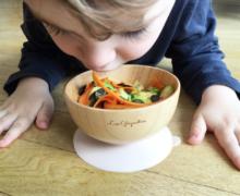 À quel âge bébé apprend-il à manger tout seul? Comment l'aider?