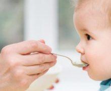 Introduction des aliments solides: quels signes pour savoir que bébé est prêt à de l'alimentation complémentaire?