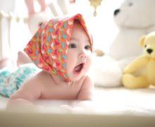 Bébé a le hoquet : les remèdes naturels et les astuces à éviter